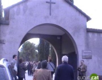Centenars de santcugatencs segueixen la tradició d'anar al cementiri per Tots Sants