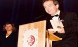El director de l'Orquestra Simfònica de Sant Cugat, Josep Ferré, a la cerimònia de lliurament de premis de 1993 amb la periodisa Susanna Grisó al costat