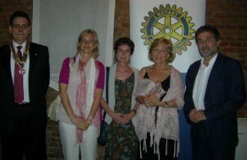 El president del Rotary amb la regidora Susanna Pellicer i els premiats