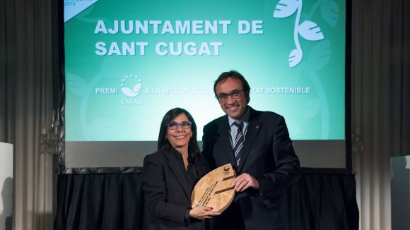 Cristina Paraira en el moment de recollir el guardó de mans del conseller de Territori i Sostenibilitat, Josep Rull / Foto: Cedida
