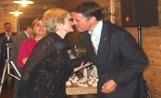 L'alcalde Recoder felicita una de les persones premiades