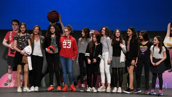 L'equip aleví femení de voleibol del Pins de Vallès, primer guanyador del guardó Millor Equip Escolar