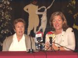 La regidora de Seveis Personals, Àngels Ponsa, i la presidenta de l'Entitat Sardanística, Carme Casadejús, a l'acte de presentació de la sardana 'Gaudeaumus'