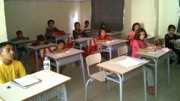 L'escola del camp de refugiats de Diavata arrenca amb material i mobiliari local