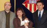 La petita Laura amb els seus pares i amb l'alcalde Lluís Recoder