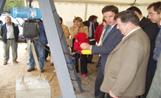 L'alcalde Recoder posant la primera pedra del nou escorxador