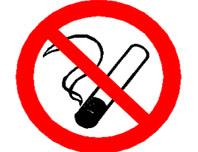 La majoria de bars del centre deixen fumar els seus clients