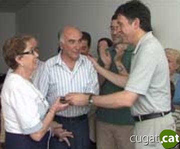 Els adjudicataris de la promoció per a gent gran de la plaça d'en Coll reben les claus emocionats