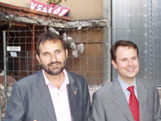 Els líders del PSC davant del pavelló en obres