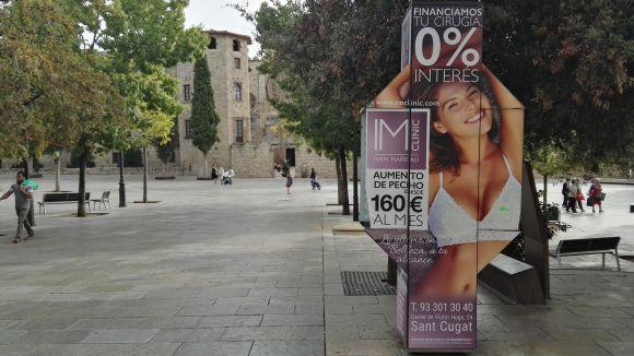 La CUP-PC critica la publicitat d'una clínica de cirurgia estètica a autobusos i cabines telefòniques
