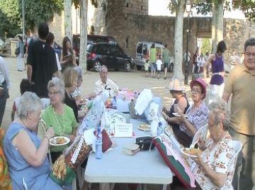Puntes de coixí i 'migas' perpetuen la tradició amb la trobada de diumenge de Festa Major