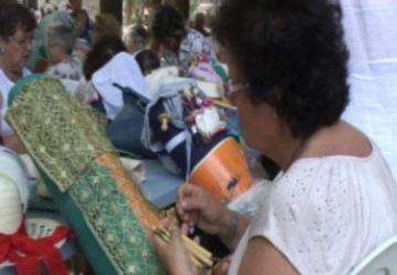 La tradició continua amb puntaires i 'migas' del Centro Castellano-Manchego