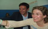 El candidat de CiU, Lluís Recoder, celebra la victòria electoral amb la seva dona a la seu de CDC