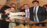 L'alcalde Lluís Recoder i els primers visitants del Museu observen una rèplica del Monestir
