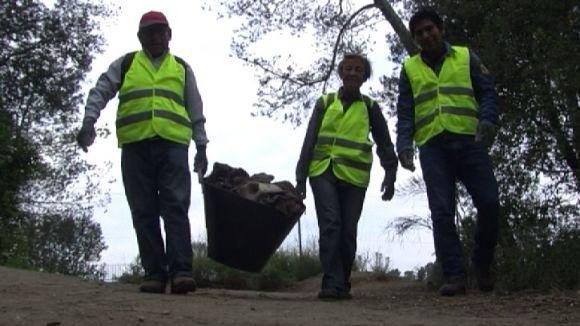 Setanta persones netegen els boscos de la Floresta per reduir les deixalles i la cria del mosquit tigre