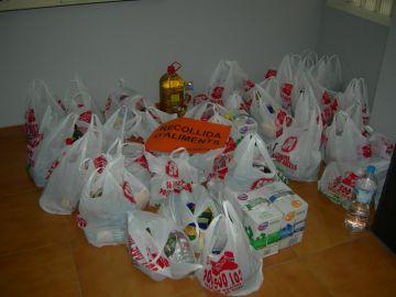La JNC recull una trentena de bosses d'aliments per a Càritas