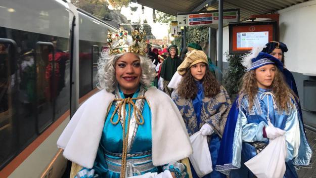 Els Reis Mags fan acte de presència i reparteixen caramels entre els més menuts dels districtes