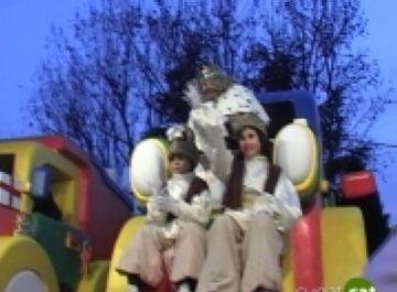 Els Reis Mags recorren Mira-sol en carro abans de repartir il·lusió als nens i nenes