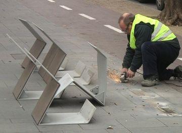 Retiren els bancs de la rambla del Celler instal·lats a tocar del carril bici