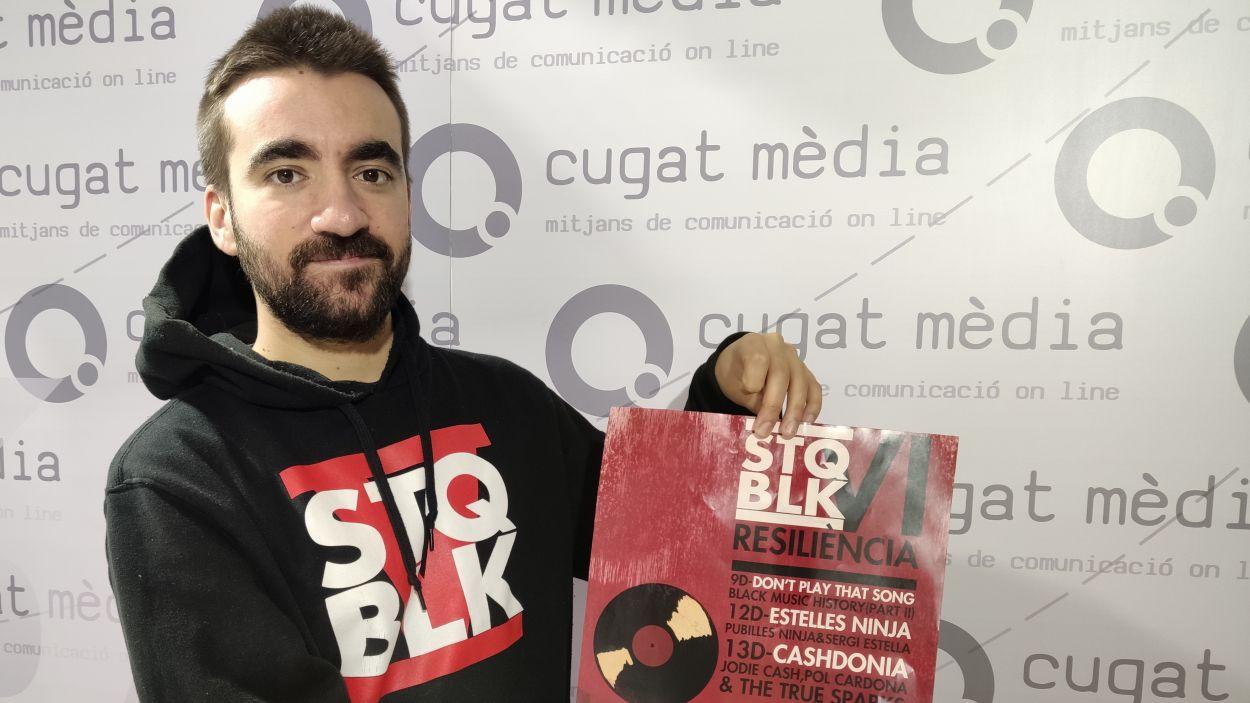 Ricky Undersounds amb el cartell de la sisena edició del SantQblack amb el lema 'Resiliència' / Foto: Cugat Mèdia