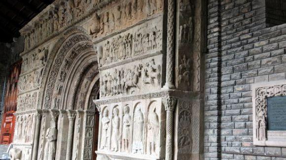 La portalada del Monestir de Ripoll torna a lluir després de cinc mesos d'obres de restauració al CRBMC