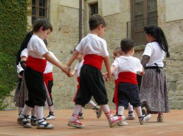 El Grup Mediterrània fa d'amfitrió de tres esbarts amb un exhibició conjunta de dansa tradicional