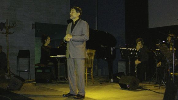 Àlvar Roda canta versos de poetes catalans davant més de 170 persones