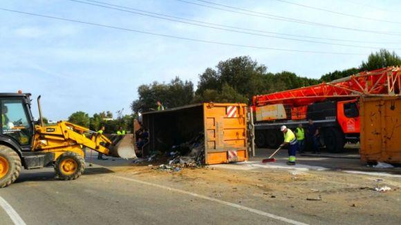 Un camió d'escombraries bolca i perd la càrrega a la carretera de Rubí