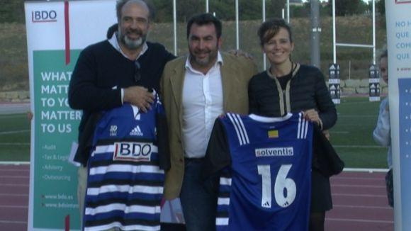Mauri Benito, en el centre de la imatge, amb la samarreta nova i dos dels nous patrocinadors.