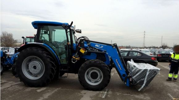 Tres santcugatencs detinguts per robar un remolc amb tres vehicles agrícoles