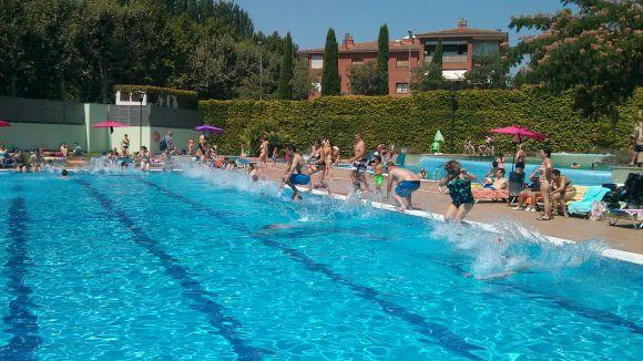 Els santcugatencs han saltat a la piscina per combatre l'esclerosi múltiple
