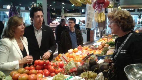 Sánchez-Camacho amb el regidor Álvaro Benejam, durant la visita al Mercat Vell