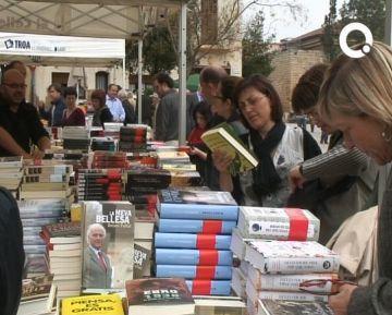 Els escriptors santcugatencs envaeixen les parades i llibreries per Sant Jordi