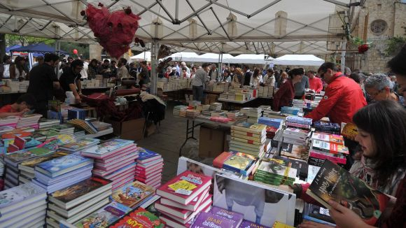 Sant Jordi portarà les tradicionals paradetes de roses i llibres, enguany en diumenge / Foto: Localpress