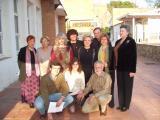 Foto de família de Montse Turu i les entitats culturals que han participat al recital