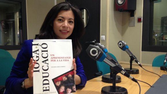 Sara Nochebuena amb el llibre 'Ioga i educació. Un aprenentatge per a la vida'.