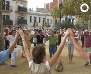 Els alumnes del curs de sardanes demostren les seves aptituds a la primera ballada de l'any