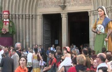 El seguici de Sant Pere omple de gent el centre de Sant Cugat