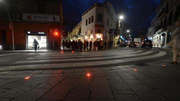 L'Ajuntament instal·la a Quatre Cantons un semàfor a terra per als vianants que caminen mirant el mòbil