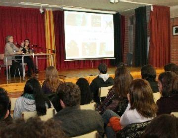 Sílvia Munt explica la seva trajectòria als alumnes de l'institut Arnau Cadell
