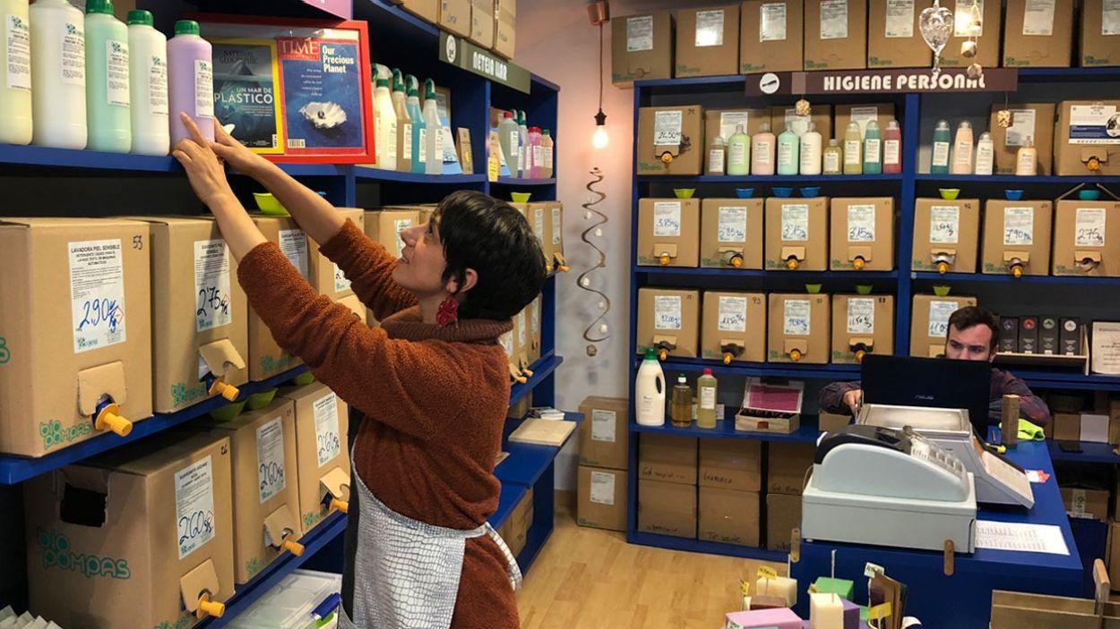 Sílvia Ruggiero va obrir la botiga Biopompas fa tres anys al carrer Martorell / Foto: Cedida
