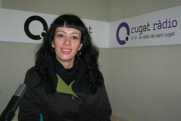 Sònia Ezquerra, guanyadora del concurs, recull la panera de Cugat.cat