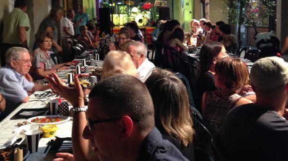 Multitudinari sopar dels veïns del carrer de Xerric