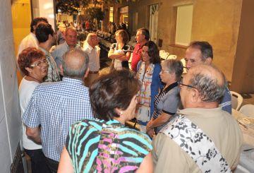 Veïns durant el sopar parlant amb l'alcaldessa, Mercè Conesa al centre / Foto: Premsa Ajuntament