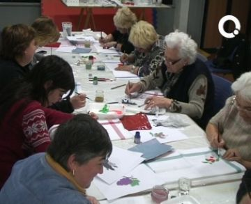 Les Dones de la Creu d'en Blau enceten els actes del Dia de la Dona amb un taller de decoració de draps de cuina