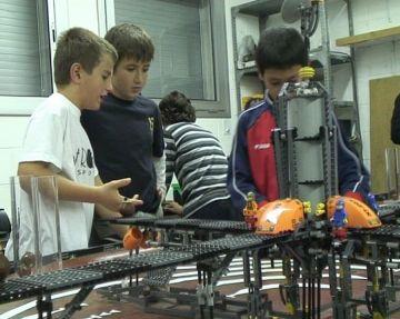 Alumnes de l'escola Pi d'en Xandri aprenen ciència amb un taller de robòtica