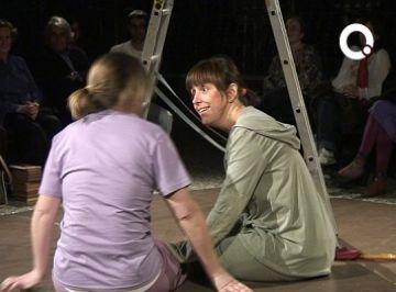 Els alumnes del taller de teatre d'adults de la Unió arrenquen rialles en una mostra d'impovisació