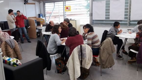 Els participants s'han agrupat en grups de tres per agilitzar els debats