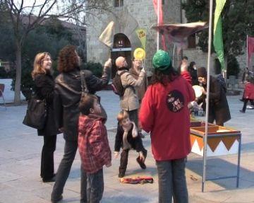 Els infants es converteixen en acròbates amb el Taller de Circ que l'Envelat ubica per primera vegada a la plaça d'Octavià