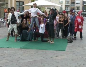 Professors i alumnes dels tallers de teatre Sílvia Servan surten al carrer